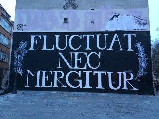 800px-Fluctuat_nec_mergitur_(quai_de_Valmy_et_rue_Jean_Poulmarch,_Paris_10e)